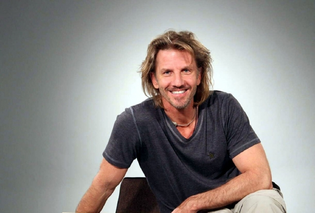 Помимо съемок актер занимается альпинизмом, серфингом, играет на саксофоне, поддерживает благотворительные фонды и рисует комиксы.