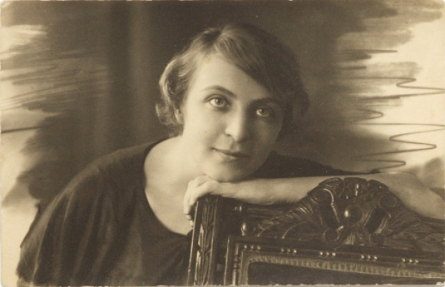 У него были романы с Софьей Шамардиной (на фото) и Натальей Брюханенко. С ними Лиля Брик до конца своих дней сохранит дружеские отношения.