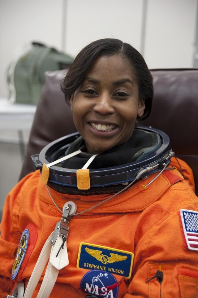Самая молодая на сегодня космонавтка - Стефани Уилсон . Она родилась 27 сентября 1966 года и на 15 дней моложе Аньюше Ансари.