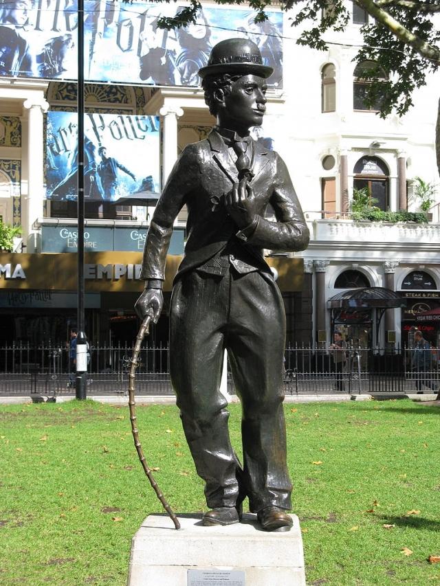 16 апреля 1981 год, в 92 день рождения Чаплина, ему был установлен памятник в Лондоне на Leicester площади по-соседству с памятником Шекспиру.