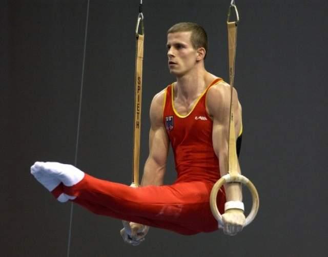 Ронни Зисмер. 15 июля 2004 года немецкий гимнаст претендовал на медаль Олимпиады-2004, но на тренировке он упал и повредил шейный позвонок, из-за чего его руки и ноги сковал паралич.