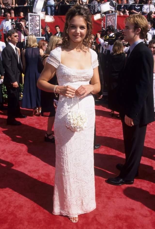Кэти Холмс начинала симаться в молодежных телесериалах и в этом качестве и посетила свою первую красную дорожку в 1998.