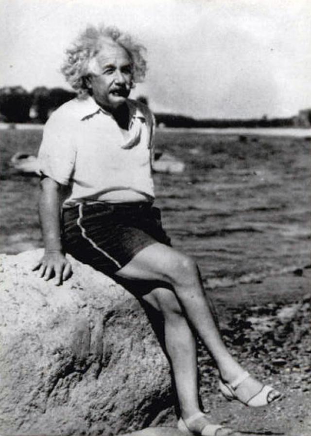 Ученый был ловеласом. В недавно обнародованных письмах Эйнштейна, он упоминает около шести женщин, с которыми он проводил время и от которых получал подарки, когда был женат на Эльзе.