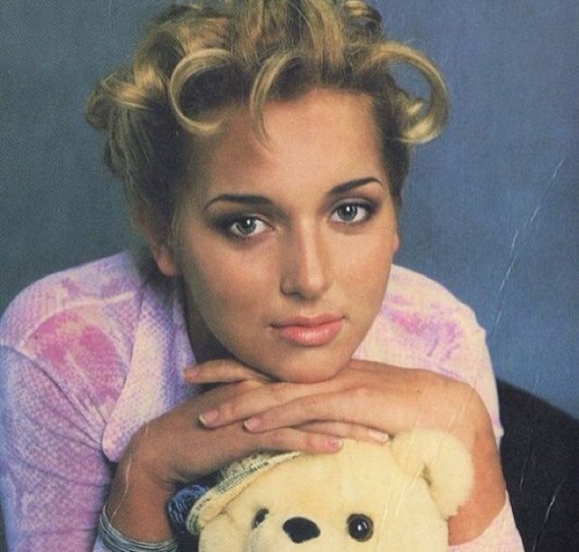 В 1992 году Алсу отправилась в Москву, где заканчивала общеобразовательную и музыкальную школу.