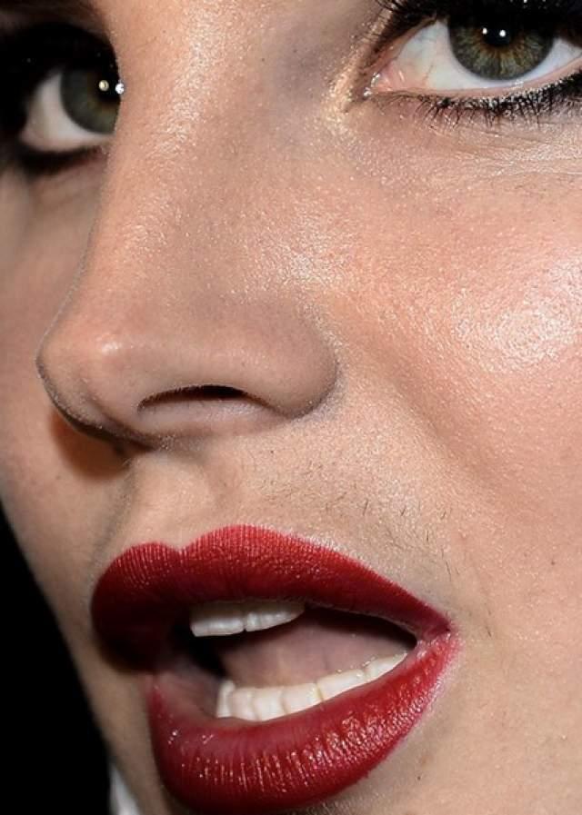 А вот на лице певицы Ланы Дель Рэй интернет-пользователи обнаружили и вовсе усики черного цвета.