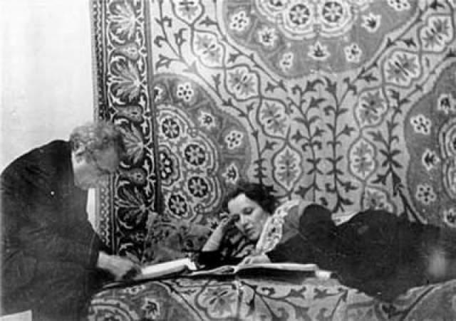 До сих пор точно неизвестно, была ли это банальная бытовая кража или заказное убийство: Райх была не только одной из самых известных актрис своего времени, но также первой женой поэта Сергея Есенина.