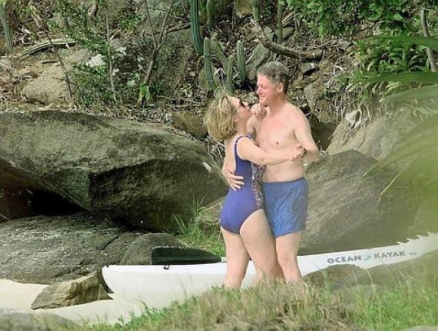 Романтичный снимок Билла Клинтона с супругой Хиллари был сделан, спустя некоторое время после скандала с Моникой Левински. Весь мир понял, что президент был прощен.