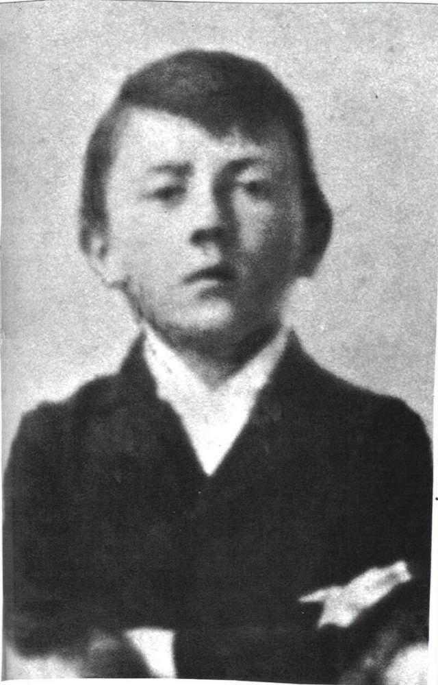 Совсем безусым Гитлер был лишь в подростковом возрасте и выглядел вот так.