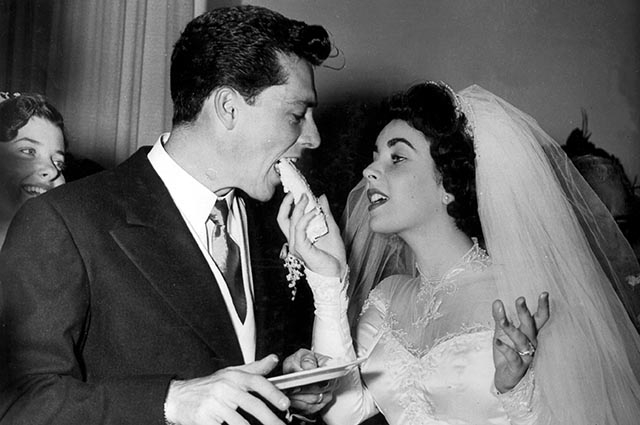 Их отношения развивались довольно быстро для того времени: пара встретилась в ночном клубе и спустя несколько месяцев уже объявила о помолвке.