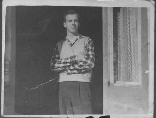 """Освальд хотел учиться в МГУ, но был отправлен работать токарем на """"Минский радиозавод имени Ленина"""". В Минске он получил пособие и меблированную однокомнатную квартиру в престижном доме, при этом постоянно находясь под наблюдением."""