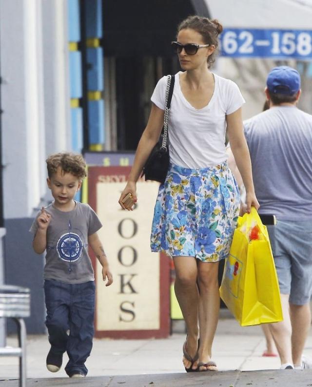 Натали Портман. Актриса не спешила показывать публике сына Алефа, которого родила в 2011 году. Его фото папарацци смогли сделать лишь через несколько лет.