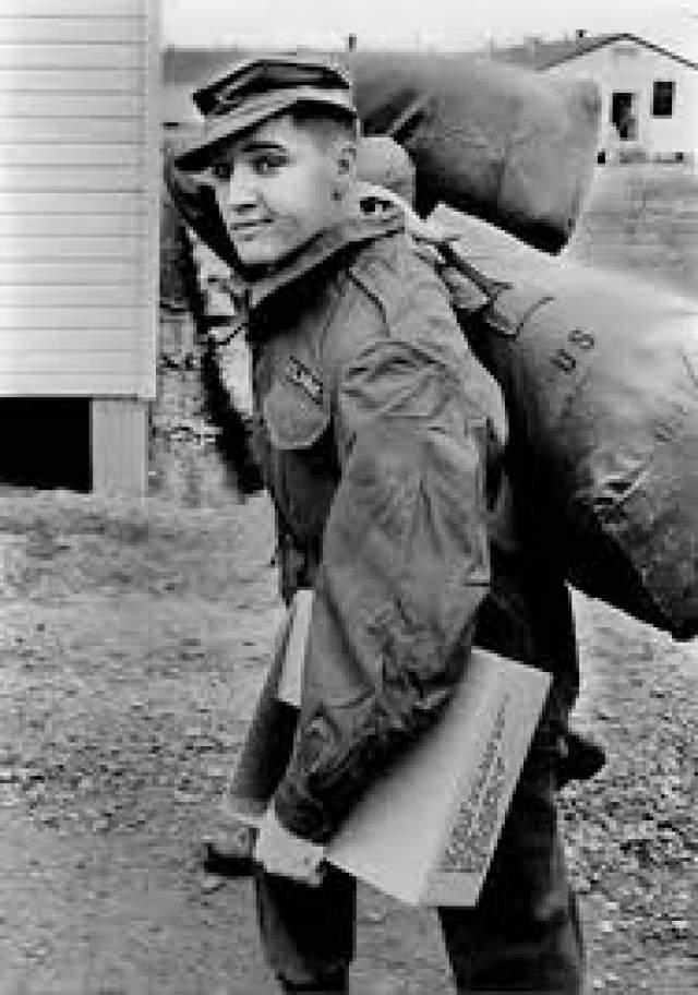 Элвис Пресли. Королю рок-н-рола было непросто расставаться со своей прежней жизнью, пусть даже и всего на два года. Он опасался, что отрыв от карьеры подорвет его репутацию, поэтому проходил обычную военную службу во 2-й танковой дивизии. В то же время, для армии эта кампания была своеобразной рекламной акцией.