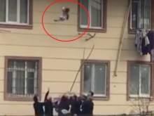 Чудесное спасение ребенка, выпавшего из окна, засняли на видео