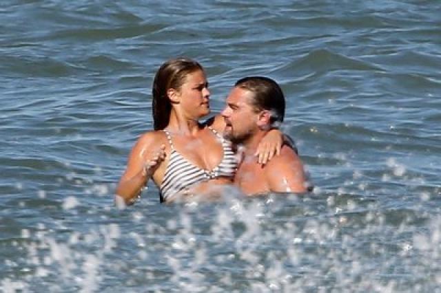 До этого Ди Каприо частенько ловили на пляжах с очередной белокурой моделью. Как, например, в прошлом году с Ниной Агдал.