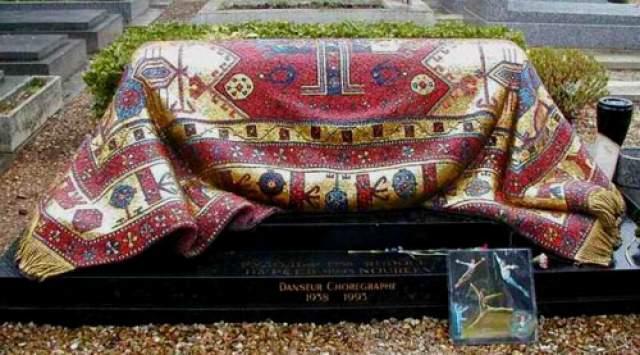 Рудольф Нуриев. После смерти артиста один из ведущих художников Парижской Оперы Энцо Фриджерио, бывший другом и коллегой танцора, предложил оформить его могилу в виде восточного ковра ,поскольку Нуриев любил старинные ковры и древний текстиль разных стран.