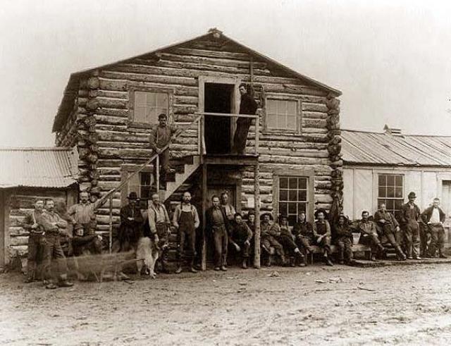 Затем за ними так и не вернулись. Осталась на Аляске и большая часть креолов - потомков от смешанных браков русских с алеутами, эскимосами и индейцами.