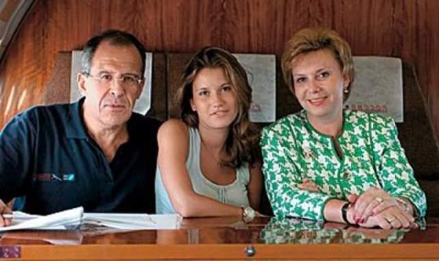 Они женаты более 40 лет, по специальности Мария учитель русского языка и литературы. Их дочь Екатерина вышла замуж за сына фармацевтического магната, Александра Винокурова, и у них уже родились двое детей.