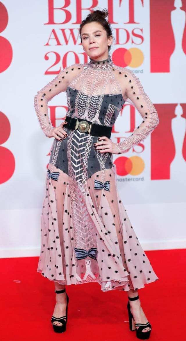 Актриса Анна Фрил также выбрала ну очень спорный дизайн платья для выхода в свет.