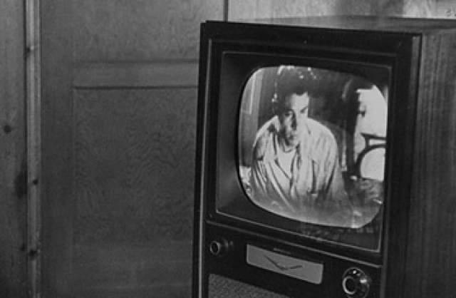 Остается надеяться, что они пригодились зрителям в обиходе - ведь цветное телевещание появилось в Швеции лишь в 1970 году, и дамский аксессуар был не при делах.