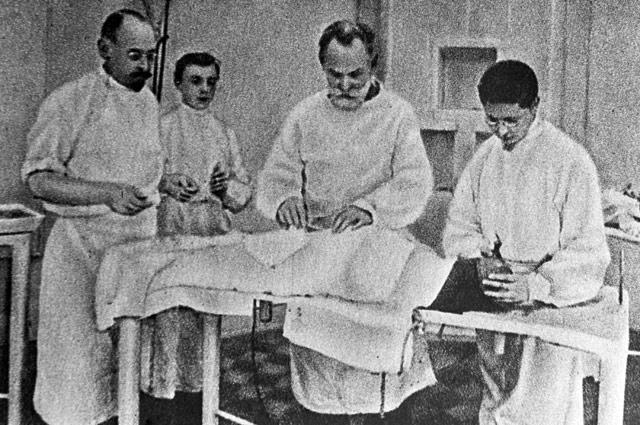 """Многие из них подвергались жесткому хирургированию: в качестве наркоза использовался морфий, сернокислый магний, а иногда алкоголь, проток слюнной железы выводился изо рта наружу, по """"собачьему"""" принципу."""