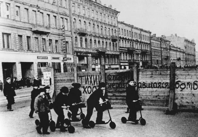 """""""Когда в пионерский лагерь, где я оказался, приходила почта, это было великое событие. И мне пришло долгожданное письмо. Я открываю его и замираю. Пишет не мама, а моя тетя: """"…Ты уже большой мальчик, и ты должен знать. Мамы и бабушки больше нет. Они умерли от голода в Ленинграде…"""". Внутри все похолодело. Я никого не вижу и ничего не слышу, только слезы льются рекой из широко раскрытых глаз""""."""