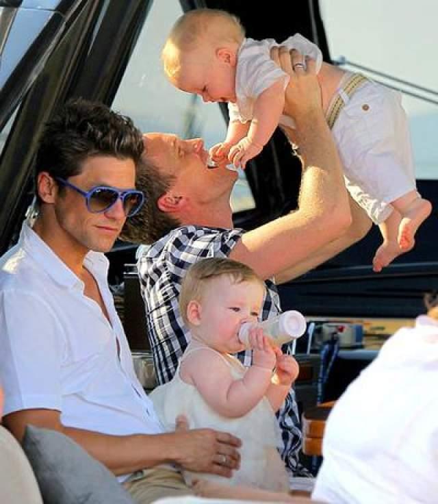 """12 октября 2010 года у звезды сериала """"Как я встретил вашу маму"""" и американского актера Дэвида Братки партнера Харриса, от суррогатной матери родились двойняшки, девочка и мальчик."""