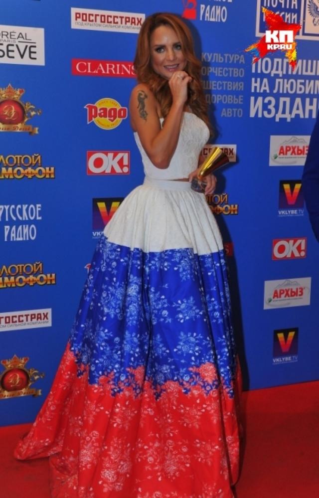 """А на церемонии вручения награды от """"Русского радио"""" звезда продемонстрировала вот такой патриотизм."""