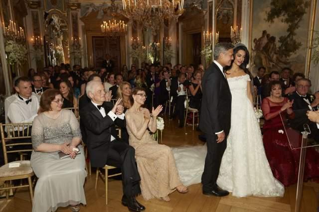 Праздничный ужин готовил знаменитый шеф-повар Риккардо де Пра, а количество бутылок текилы для гостей насчитывало около 600 бутылок. По традиции свадебные расходы должна взять на себя семья невесты, но в данном случае все уверены, что Клуни сам оплатил событие.