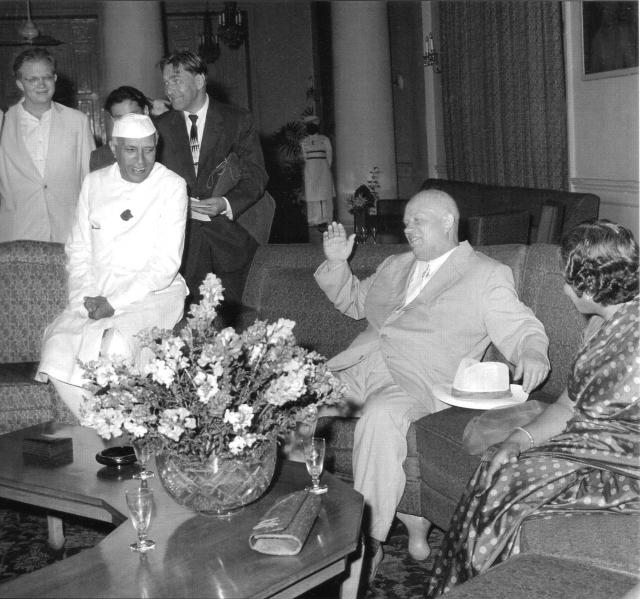Н. С. Хрущев и Джавахарлал Неру в Индии, Дели. Для индийских коллег уже поведение Хрущева казалось слишком уж раскрепощенным.