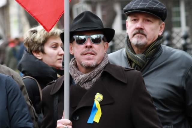 Известен своими оппозиционной позицией, поддерживает Украину в крымском вопросе.