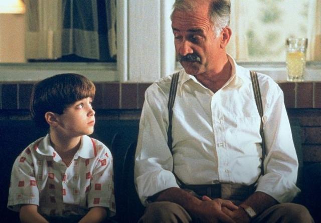"""Уже через год Элайджа играет сына Эйдена Куинна в фильме Барри Левинсона """"Авалон""""."""
