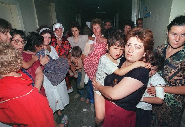 Всего на улицах Буденновска, в квартирах и частных домах террористы захватили около 600 заложников.