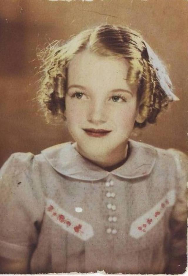 Заботиться о бедняжке Норме стала подруга Глэдис, бездетная Грейс Макки. Грейс любила и восхищалась девочкой, она хотела чтобы и у нее была такая дочь. В 1935 году женщина оформила опекунство над будущей знаменитостью.
