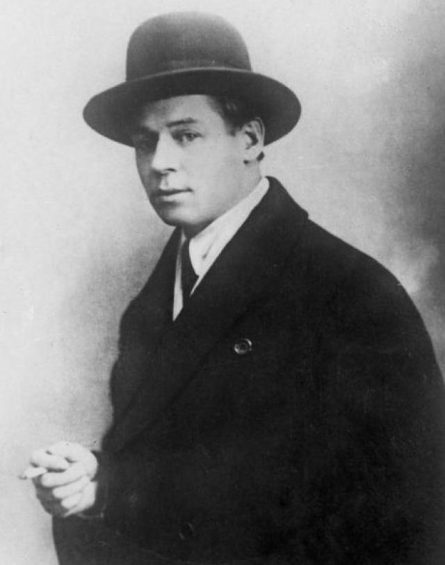 """Товарищ поэта, Анатолий Мариенгоф, писал: поэт настолько искалечил себя выпивкой, что """"от первой, утренней, рюмки у него уже темнело сознание""""."""