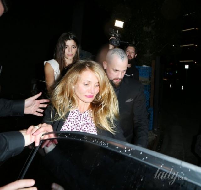 Камерон Диас. Актриса, выходя из клуба в Западном Голливуде, пыталась добраться до машины с помощью мужа.