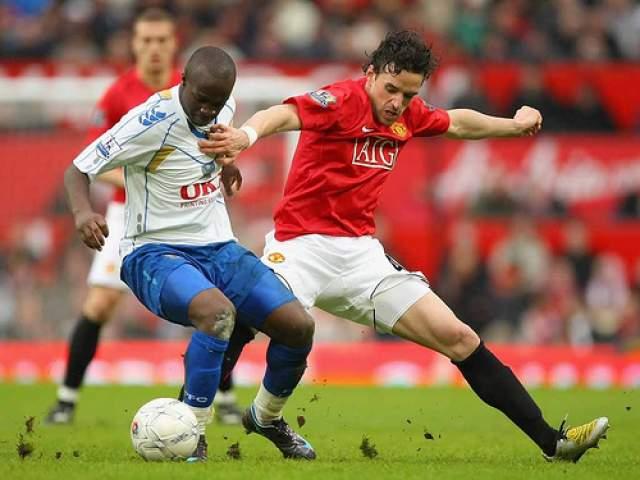 """Но спортсмен не терял надежды. Он упорно тренировался и лечил свои колени, а результаты своего труда выкладывал на YouTube. Своей жаждой играть он убедил """"Манчестер Сити"""" подписать с ним контракт на один год."""