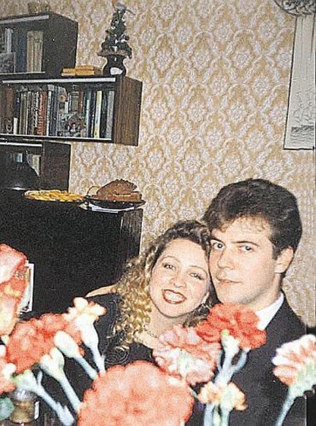"""Светлана Медведева. Светлана Владимировна родилась 15 марта 1965 года в семье военного моряка и экономиста. Познакомились с учившимся в параллельном классе будущим мужем Дмитрием Анатольевичем Медведевым они в первом классе в 1972 году: она училась в 1 """"В"""", а он в 1 """"Б"""""""