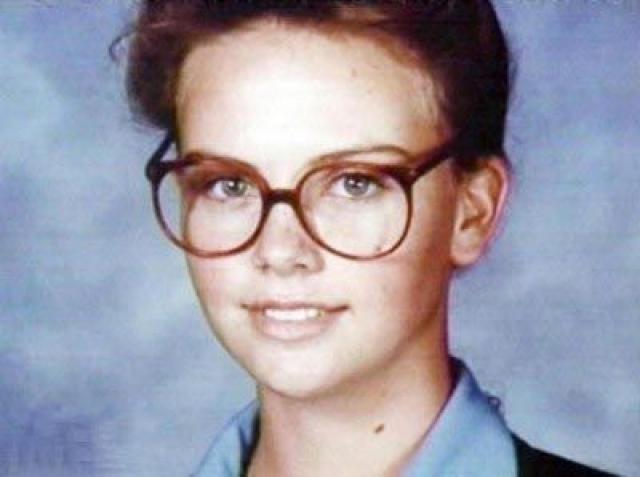 Шарлиз Терон. Будущая звезда в подростковом возрасте была типичным ботаником, да еще и росла в семье алкоголика .