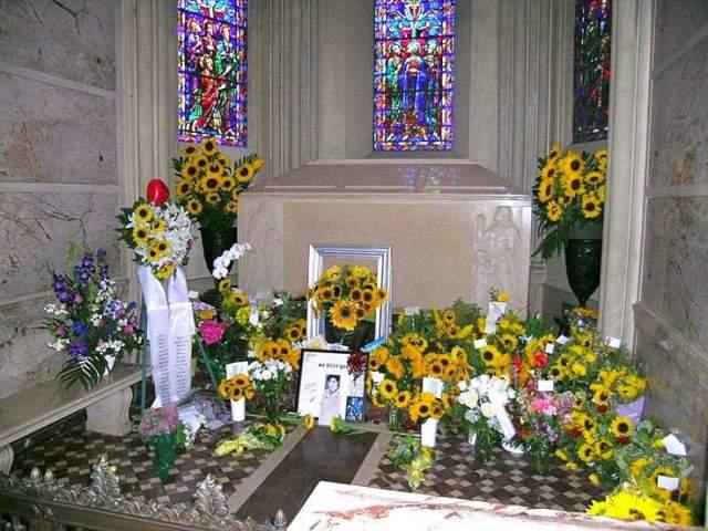 Майкл Джексон. Останки поп-короля хранятся в безымянном склепе на знаменитом кладбище Forest Lawn в Калифорнии. Хотя он наполнен цветами и другими подарками от поклонников, склеп закрыт от посетителей и постоянно охраняется.