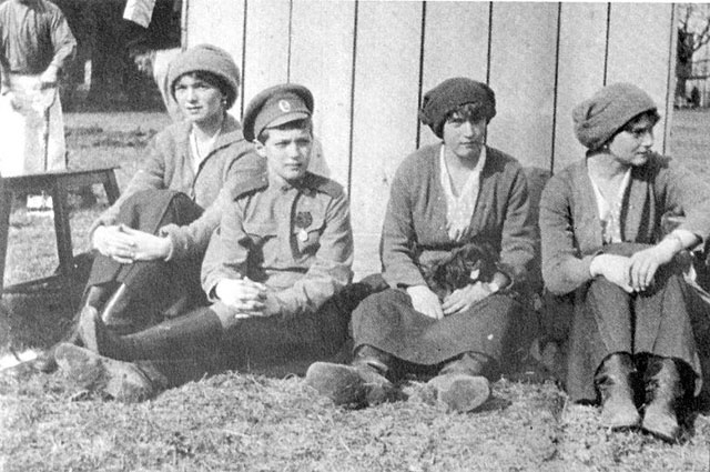 Существует версия, что после первых выстрелов Татьяна, Мария и Анастасия остались живы - их спасли драгоценности, зашитые в корсеты платьев.