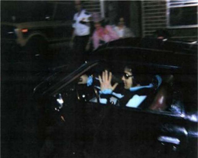 Возвращение Элвиса Пресли в поместье Грейсленд 16 августа 1977 года, после посещения стоматолога. Этой ночью легенды не станет.
