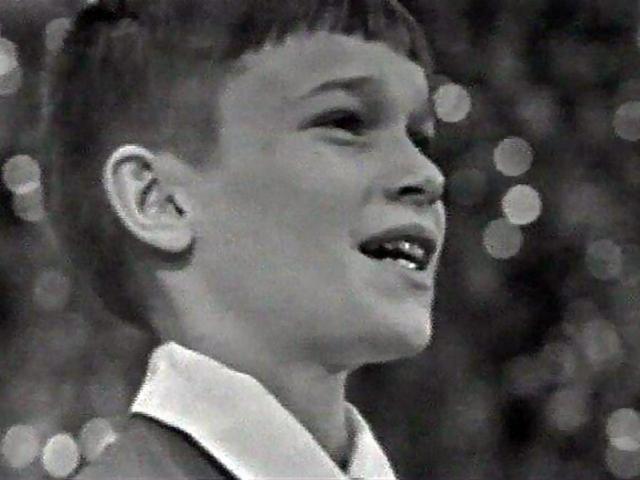 """Сережа Парамонов. Юный советский певец был чуть ли не самым известным советским исполнителем, с Большим детским хором под руководством Виктора Попова он первым исполнил песни """"Антошка"""", """"Голубой вагон"""", """"Песенка крокодила Гены"""", """"Улыбка"""" и другие)."""