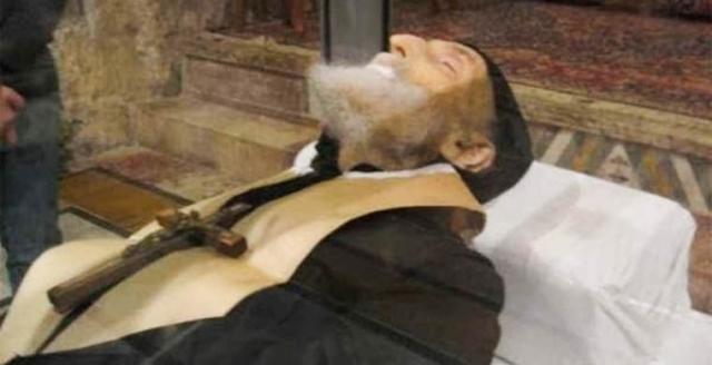 Тело было нетленным, а его одежды оказались пропитанными кровью. Также плоть святого Шарбаля обильно источала странную жидкость, клейкую и маслянистую. Эта субстанция продолжает ежегодно наполнять гроб на пять сантиметров.