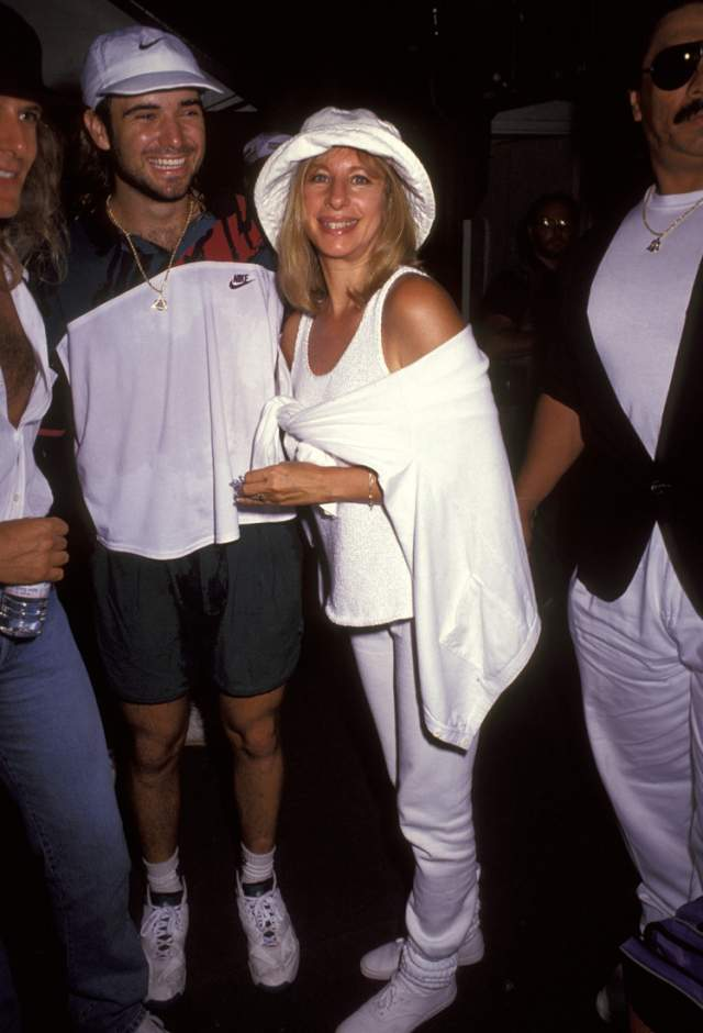Барбра Стрейзанд и Андре Агасси. 1992 год. Знаменитого теннисиста Стрейзанд соблазнила, не обращая внимания на то, что возлюбленный моложе нее на 28 лет. Она с удовольствием позировала с ним перед светскими фотографами и ходила на его матчи.