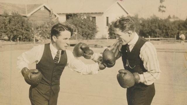 """Любимым видом спорта Чаплина был бокс, а любимым танцем - танго. В фильме """"Огни большого города"""" он """"совместил"""" бой на ринге с танго."""