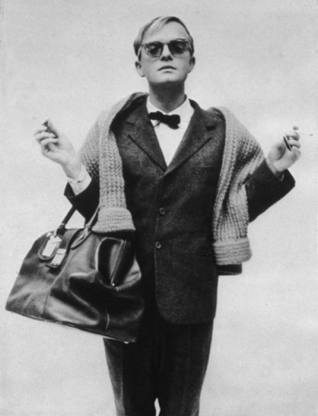 "Трумен Капоте. Автор ""Завтрака у Тиффани"" и ""Хладнокровного убийства"" сам характеризовал себя: ""Я - алкоголик. Я - наркоман. Я - гомосексуалист. Я - гений...""."