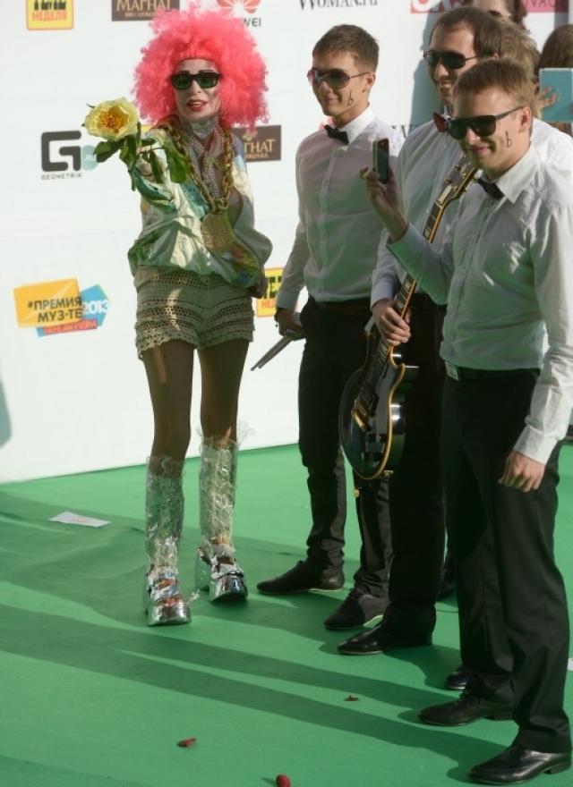 Жанна Агузарова. Певица постоянно носит необычные образы. На этот раз яркая прическа отвлекает внимание от ажурных прозрачных шортиков.