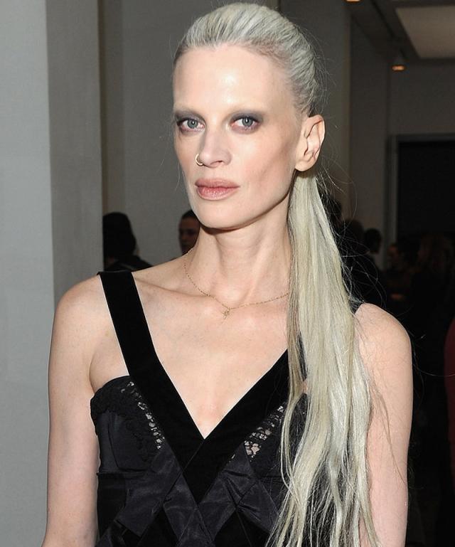 Кристин МакМенами. Кристин уже 50 с хвостиком, но она все еще поражает своей неповторимой внешностью. Популярность она набрала еще в 90-х благодаря своей андрогинной внешности.