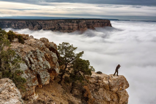 Фотограф над покрытым облаками Гранд-Каньоном в Аризоне. Harun Mehmedinovic, National Geographic Your Shot