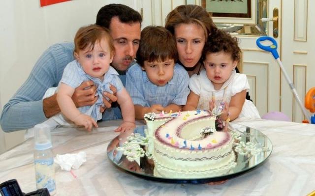 После встречи с Башаром Асадом Асма оставила офис крупного банка в Нью-Йорке и переехала на историческую родину. Пара вместе уже 16 лет, у супругов трое детей.